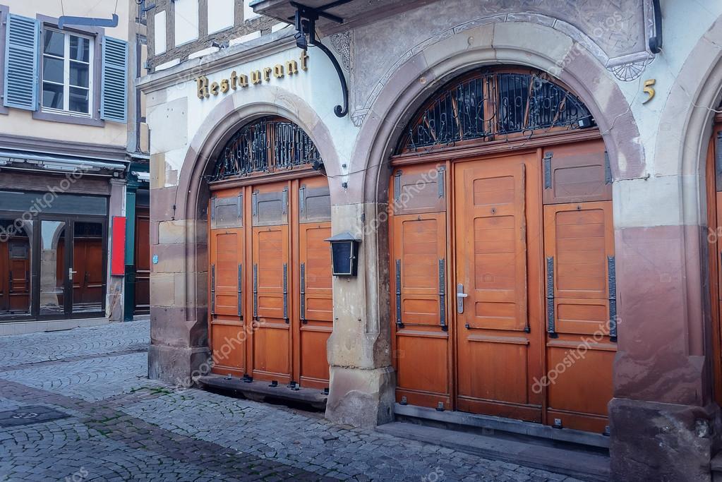 Edificio con arcos sobre puertas y ventanas Foto de stock ampack