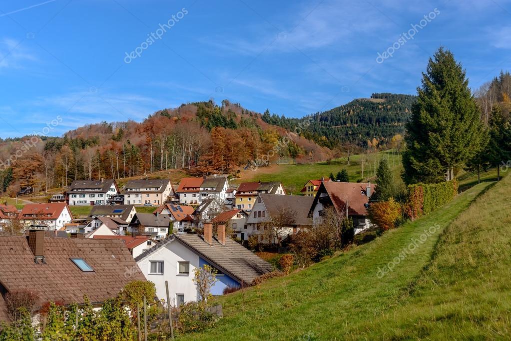 Paesaggio di campagna con case coloniche in legno sulla for Prezzi delle case di campagna