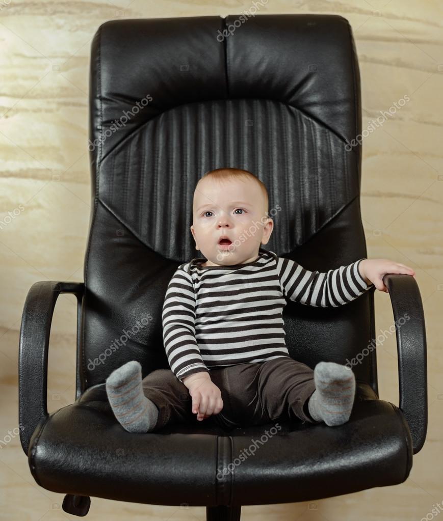 Portrait amusant d 39 un mignon gar on dans une chaise de bureau photographie ampack 99054428 - Prix d un rempaillage de chaise ...