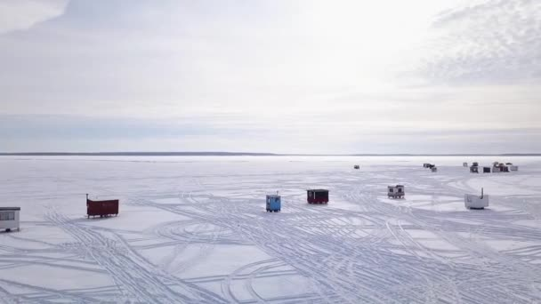 Velmi krátké video s dronem, rybářská vesnice zleva doprava na zamrzlém jezeře
