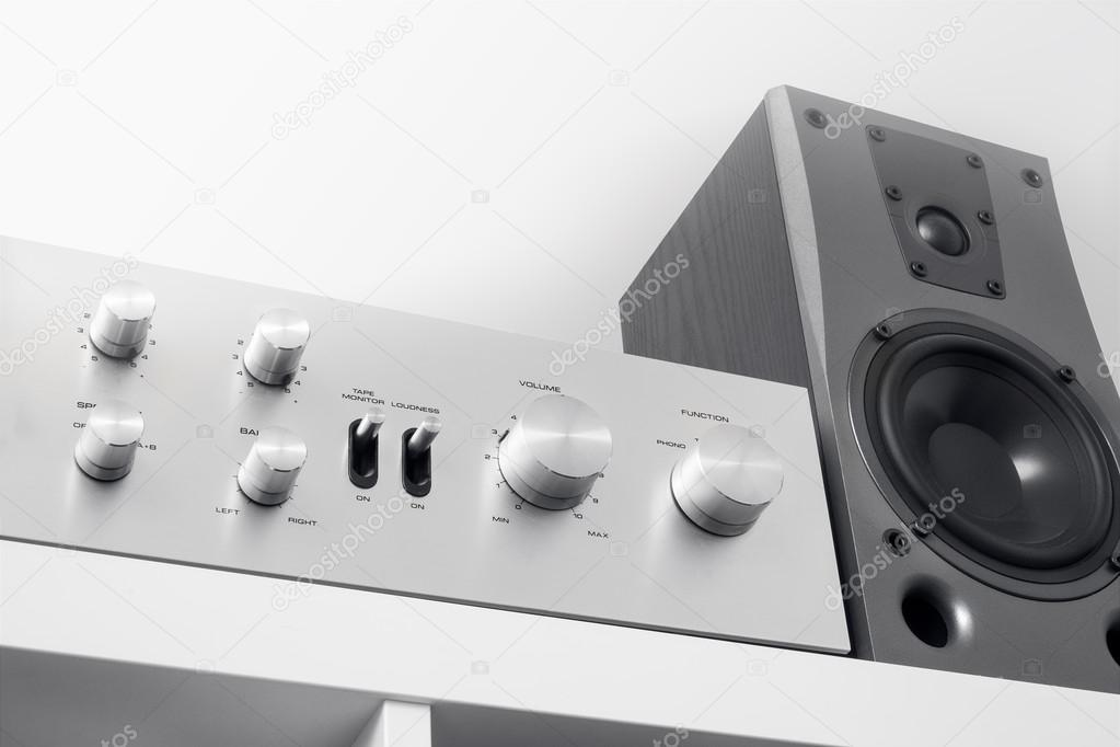 Vintage Stereo Eindversterker Op Witte Kast Stockfoto