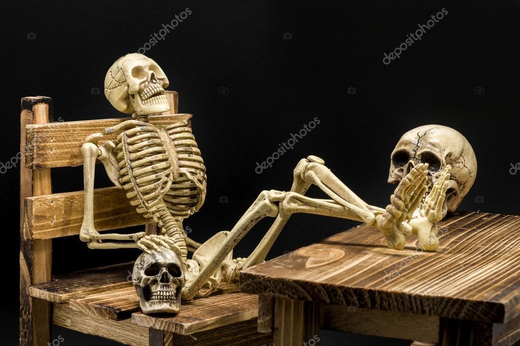 Stillleben mit Modell-Skelett Halloween-Konzept — Stockfoto © pixs4u ...