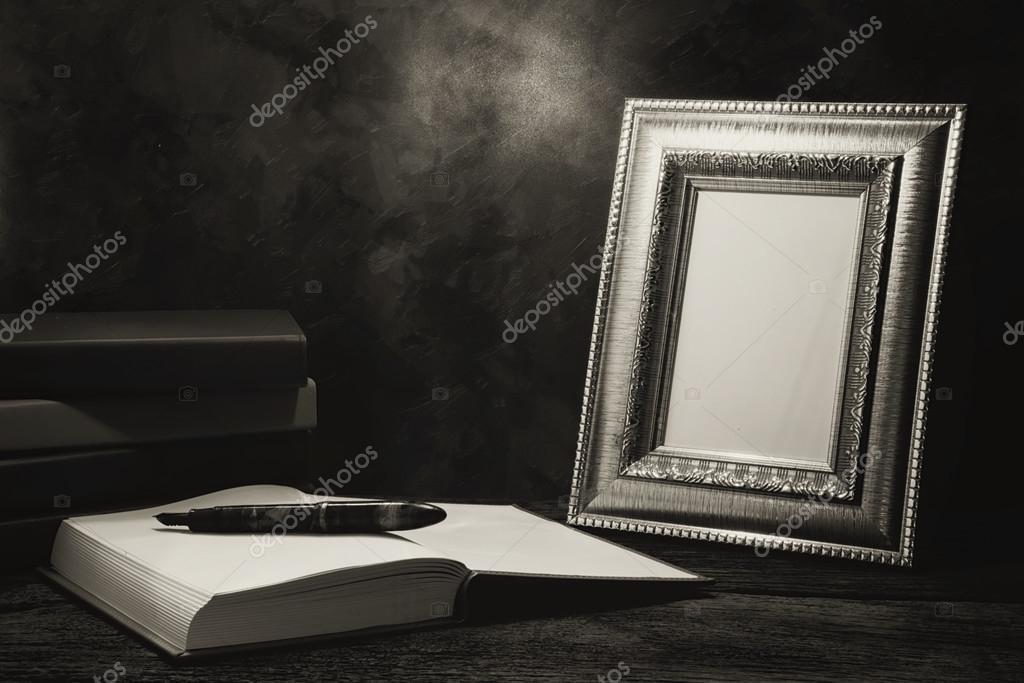 Stillleben mit Bilderrahmen für Tabelle mit Tagebuch — Stockfoto ...
