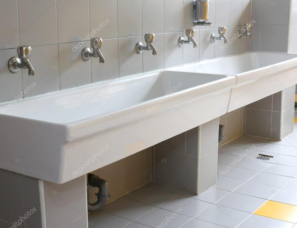 serie di piccoli rubinetti nel bagno della scuola materna — Foto ...