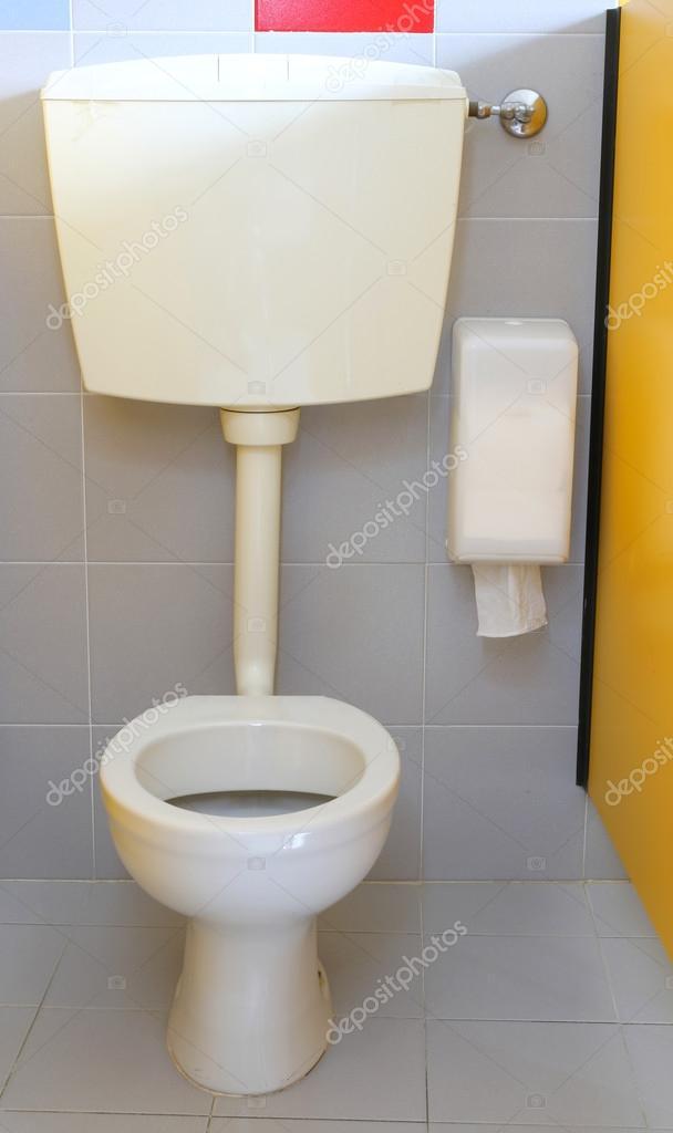 piccola acqua nel bagno dei bambini della scuola per l\'infanzia ...