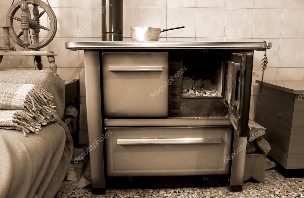 Vieux poêle à bois dans la cuisine de maison ancienne ...