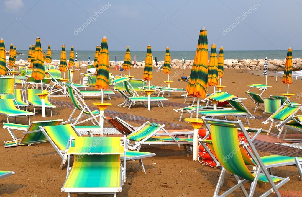 Lettini E Sdraio Mare.Ombrelloni Sulla Spiaggia Del Mare Con Lettini E Sdraio Foto Stock