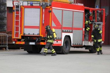İtfaiye arabası ile birçok itfaiyeciler yangınla mücadele için