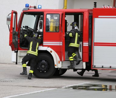 İtfaiye iki itfaiyeciler yangınla mücadele için taşıma