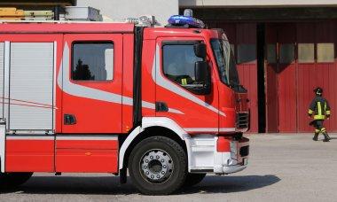 Yangın tatbikatı sırasında büyük itfaiye kamyonu