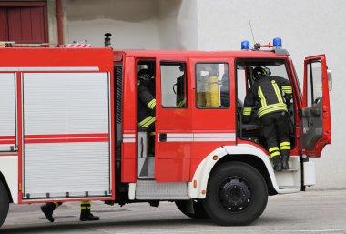 İtfaiyeciler, hızlı bir şekilde firetrucks inerler