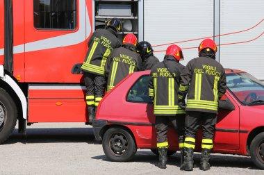 bir araba kazası sırasında eylem İtalyan itfaiye