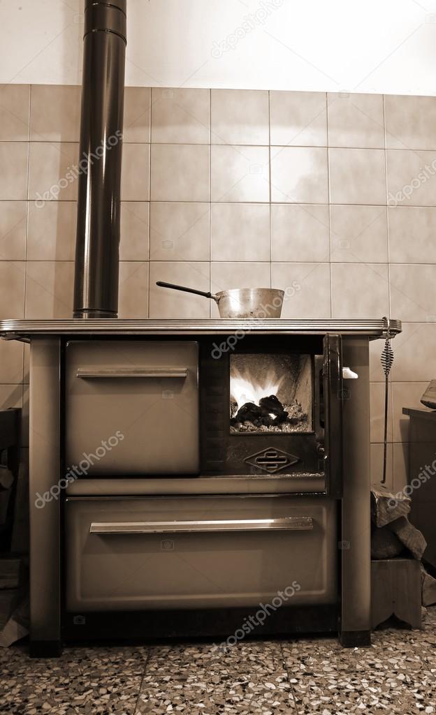 Vecchia stufa a legna nella cucina di casa antica — Foto Stock ...