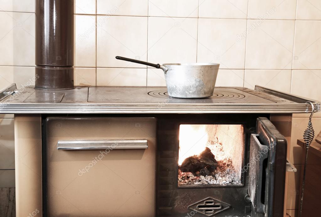 stufa a legna nella cucina di casa antica — Foto Stock ...