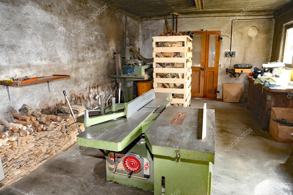 atelier de menuiserie avec machines couper les planches. Black Bedroom Furniture Sets. Home Design Ideas