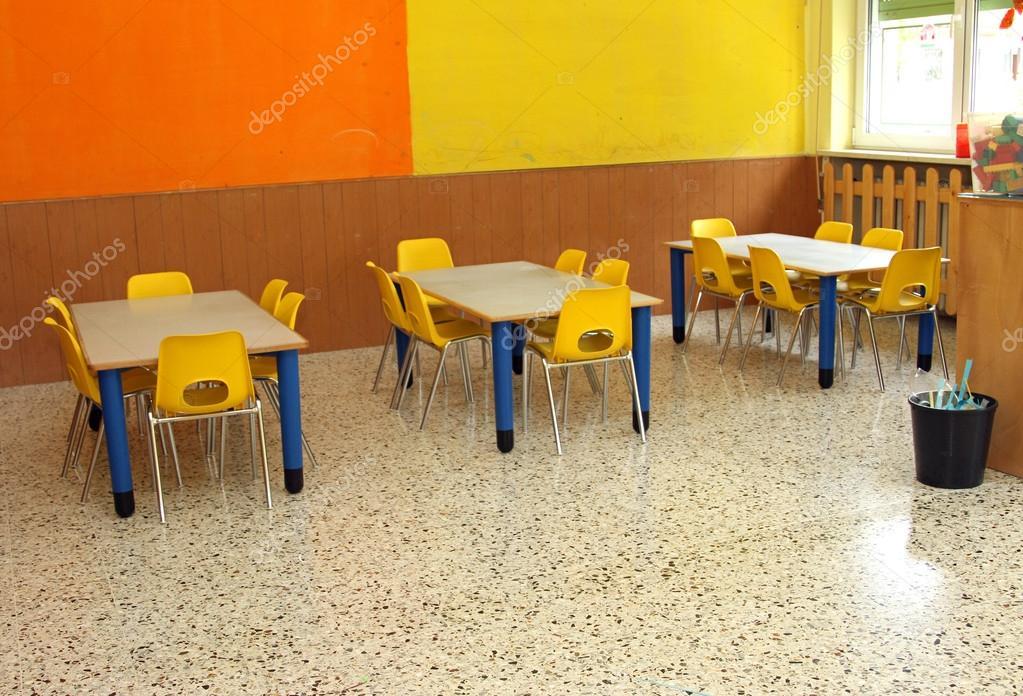 Klassenzimmer mit Tisch und kleinen Stühlen im kindergarten ...