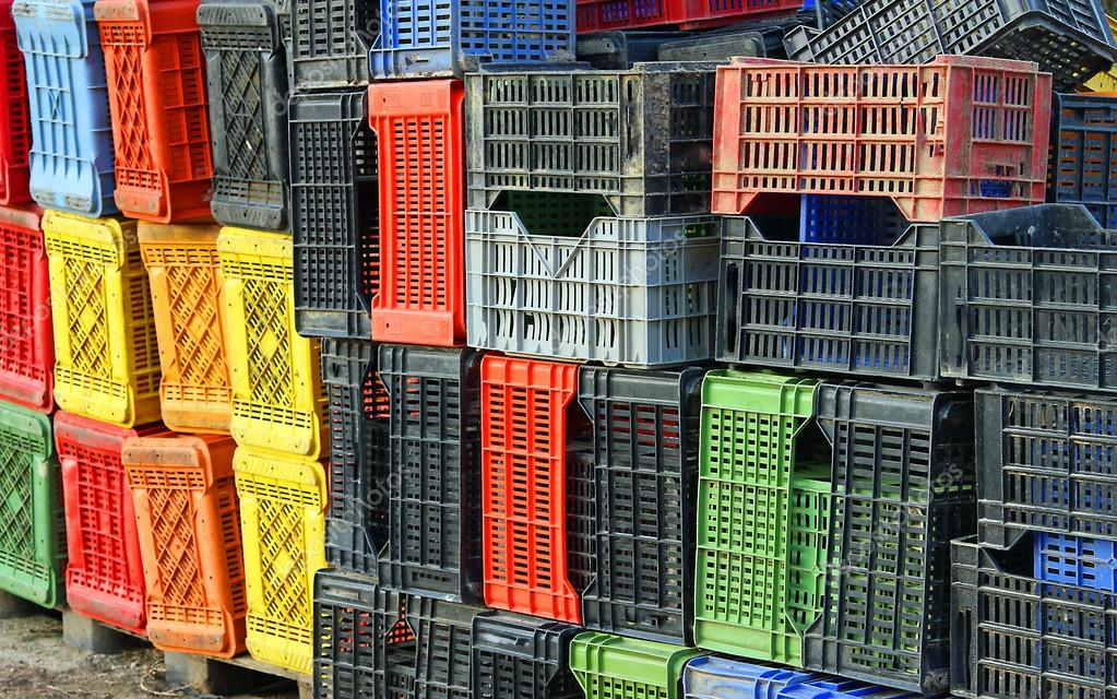 montn de color caja plstica para recoger frutas y uvas en la granja u foto de