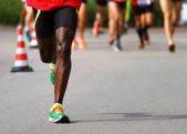 Fotografia atleta corre per strada durante loutdoor di gara