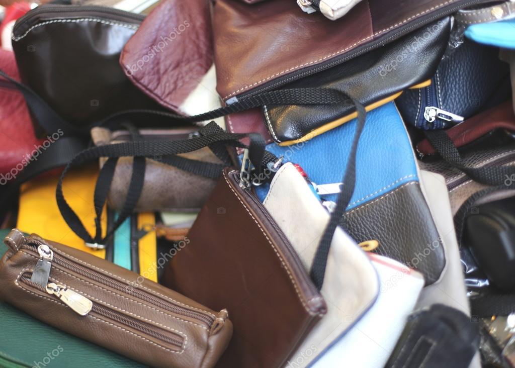 b3303536613 Lederen tassen van verschillende soorten en maten te koop in de markt stal  — Stockfoto