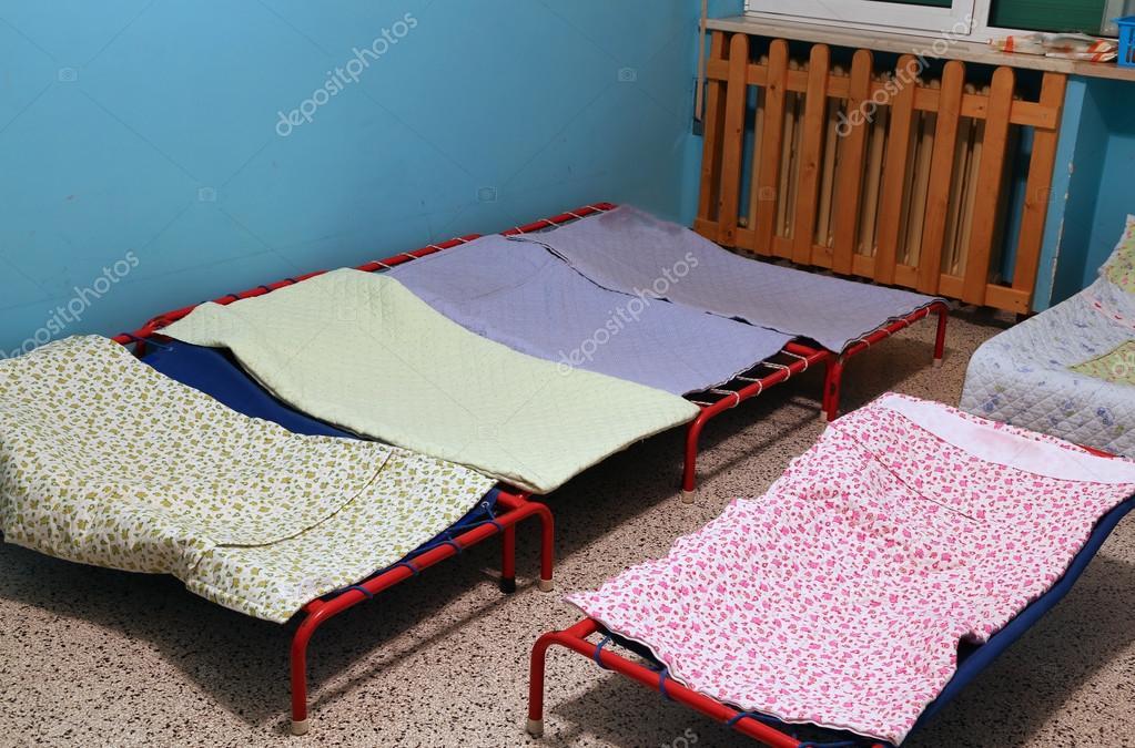 dortoir avec petits lits pour les enfants dans une cole maternelle photographie chiccododifc. Black Bedroom Furniture Sets. Home Design Ideas