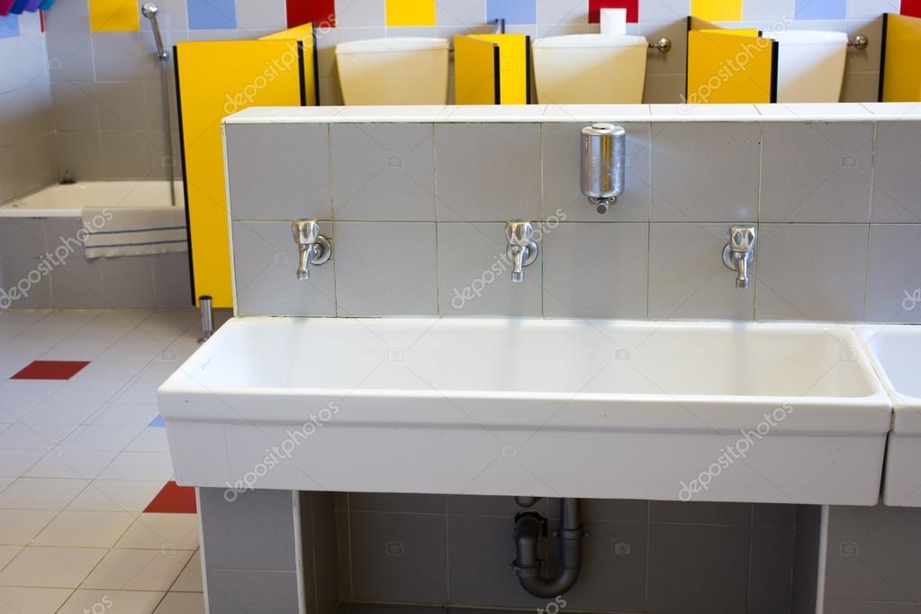 eine Schule für Kinder mit geringen Keramik Waschbecken-Badezimmer ...