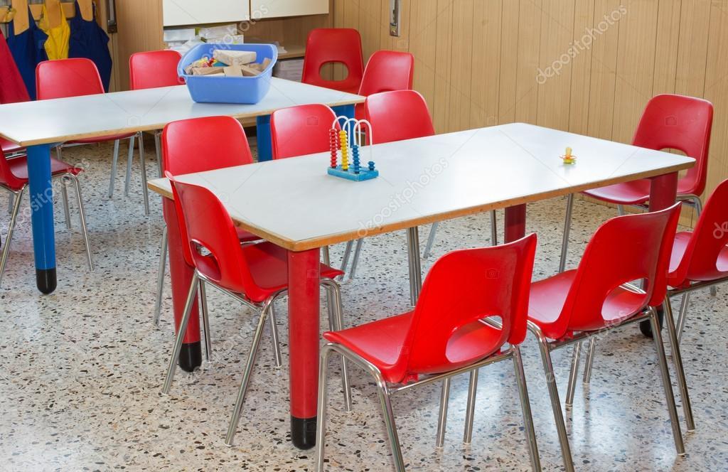 vivero de aula con mesas y sillas rojas — Fotos de Stock ...