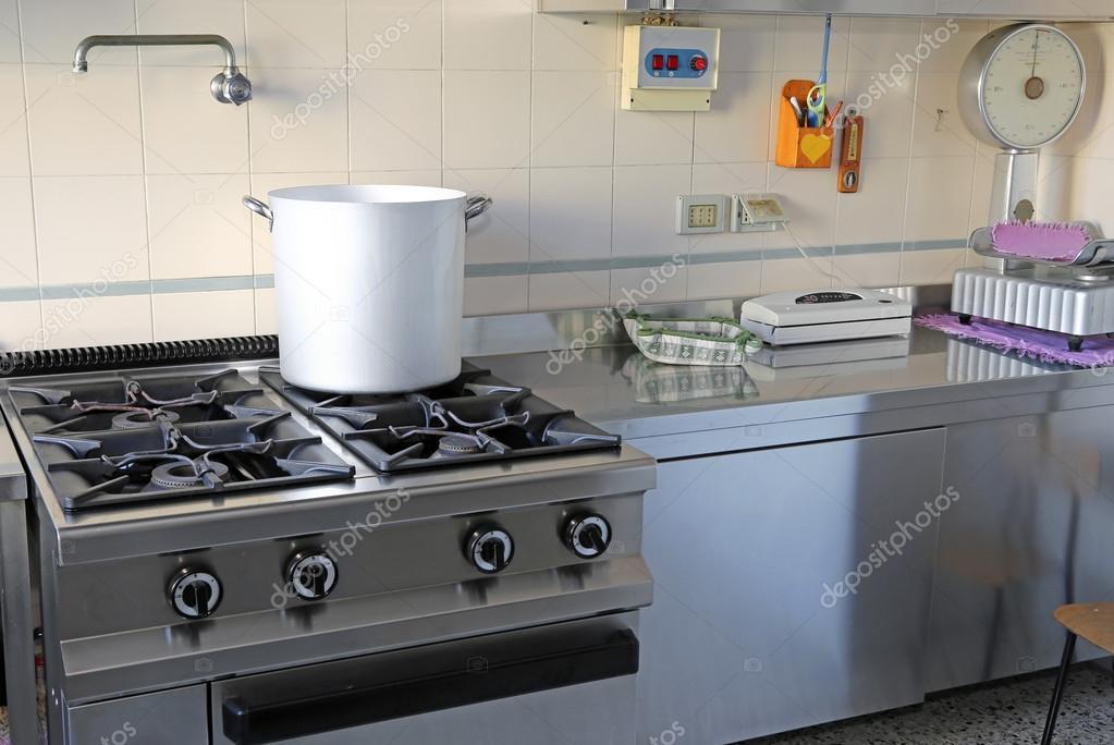 industrielle Küche mit Gasherd und den riesigen Aluminium-Topf ...