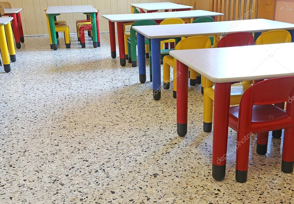 sillas y pequeñas mesas en el comedor de la guardería — Foto de ...