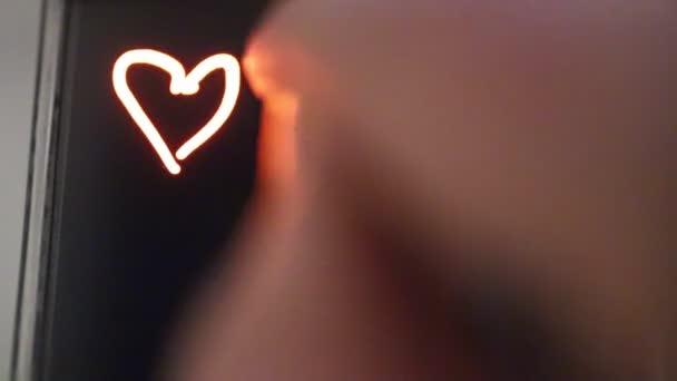 Kresby srdce na obrazovce smartphone