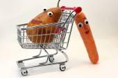 Fotografia carote spinge il carrello della spesa con una pera con gli occhi