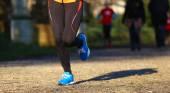 Fotografia corridore corsa nel parco durante lallenamento per la maratona