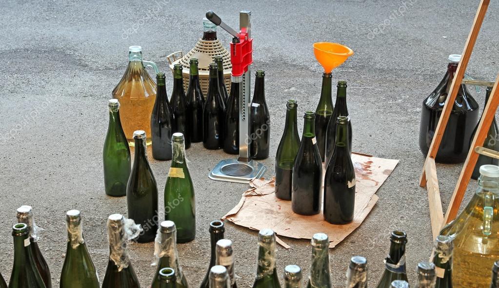 Ev Yapımı Ve çok Bir Huni Ile Cam şişe Dolum Stok Foto