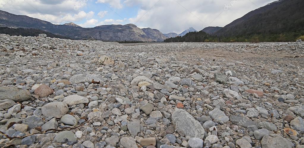 水なしで完全に川ベッドの広い砂...