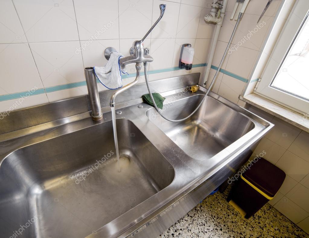 Cozinha Industrial De Pia Inox Com Torneira Aberta Fotografias De