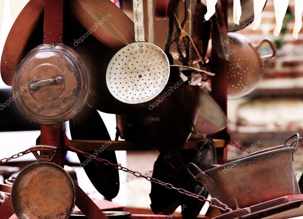 Oggetti in rame per cucina e casa in vendita al mercato delle pulci ...