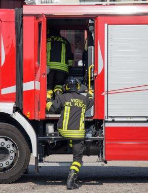 İtalyan itfaiye itfaiye kamyonları üzerinde tırmanmaya