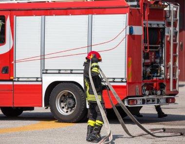 yangınlar ve firetruc koymak için itfaiye hortumu ile