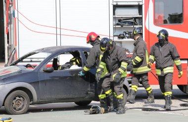 İtfaiyeciler bir trafik kazası sırasında
