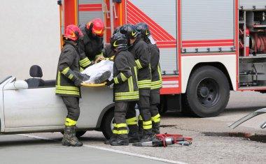 İtfaiyeciler yaralı bir araba kazasından sonra rahatlatmak
