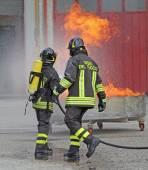Hasiči s kyslíkové láhve z ohně