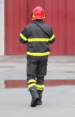 İtfaiye kırmızı kask ile üniformalı