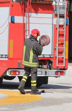 İtfaiyeci kaldırdı kırmızı hortum yerine yangın kapalı sonra