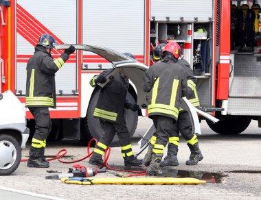 bir araba kazası sırasında eylem itfaiyeci