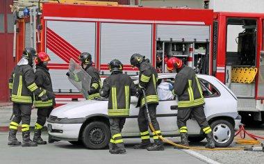 cesur itfaiye sonra bir trafik kazası bir yaralı rahatlatmak