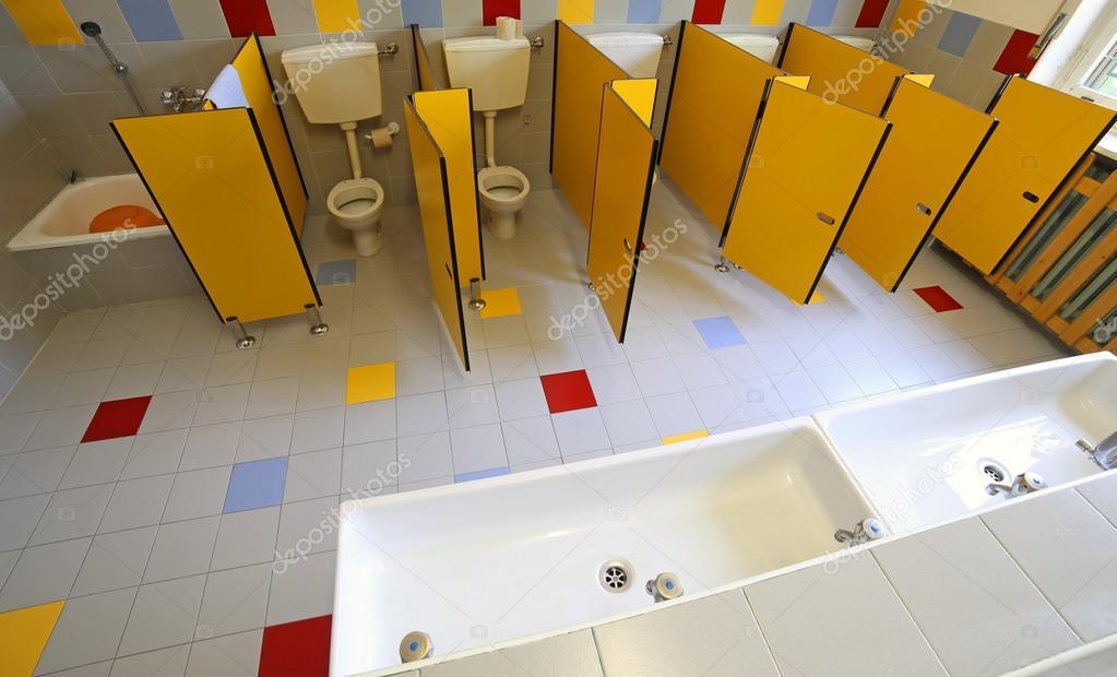 WC In Ceramica E Lavandini In Bagno Della Scuola Materna