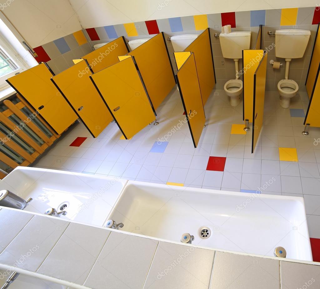 Servizi Igienici E Lavandini In Bagno Della Scuola Materna