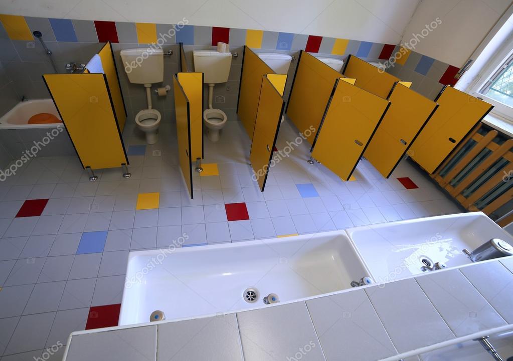 piccoli bagni e lavandini in bagno della scuola materna — Foto Stock ...