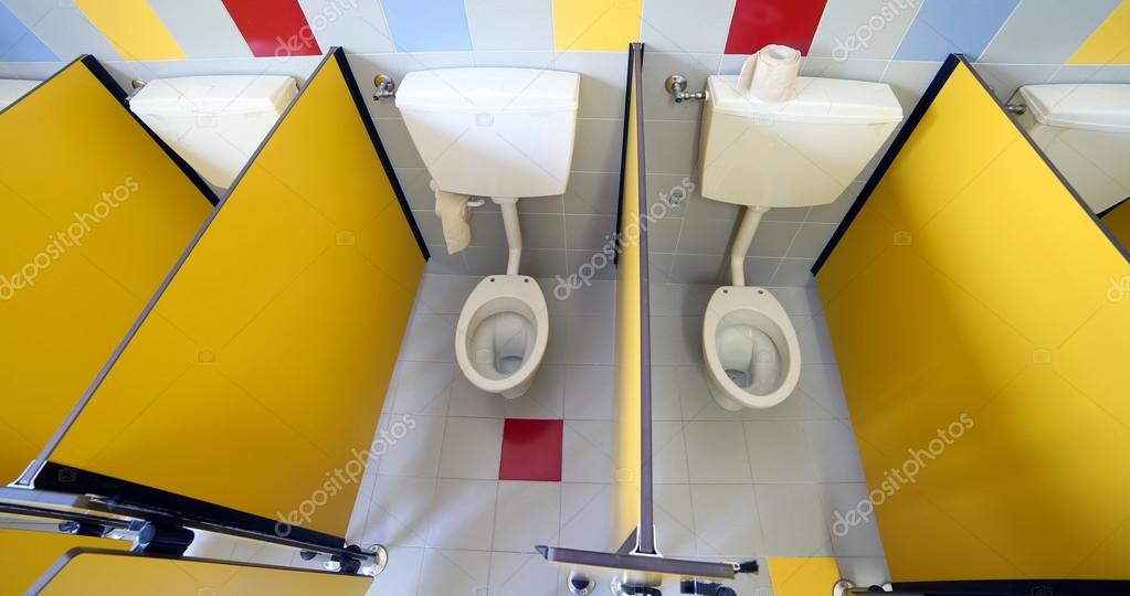 agua en la cabina del cuarto de baño infantiles — Fotos de Stock ...