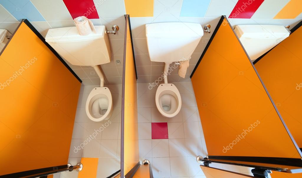 aseo pequeño en la cabina del cuarto de baño infantiles — Foto de ...