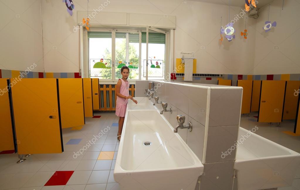 sorridente ragazza lava le sue mani nel bagno della scuola — Foto ...